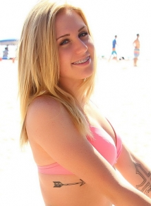 Cute Babe Ashley Vallone Isnt Shy As She Teases At The Beach In Her Bikini - Picture 9